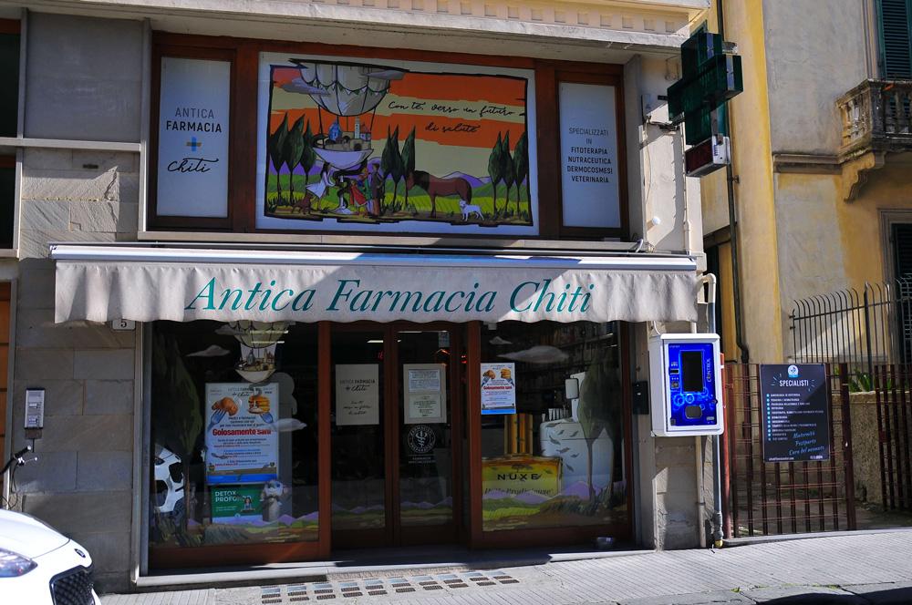 Le vetrine dell'Antica Farmacia Chiti