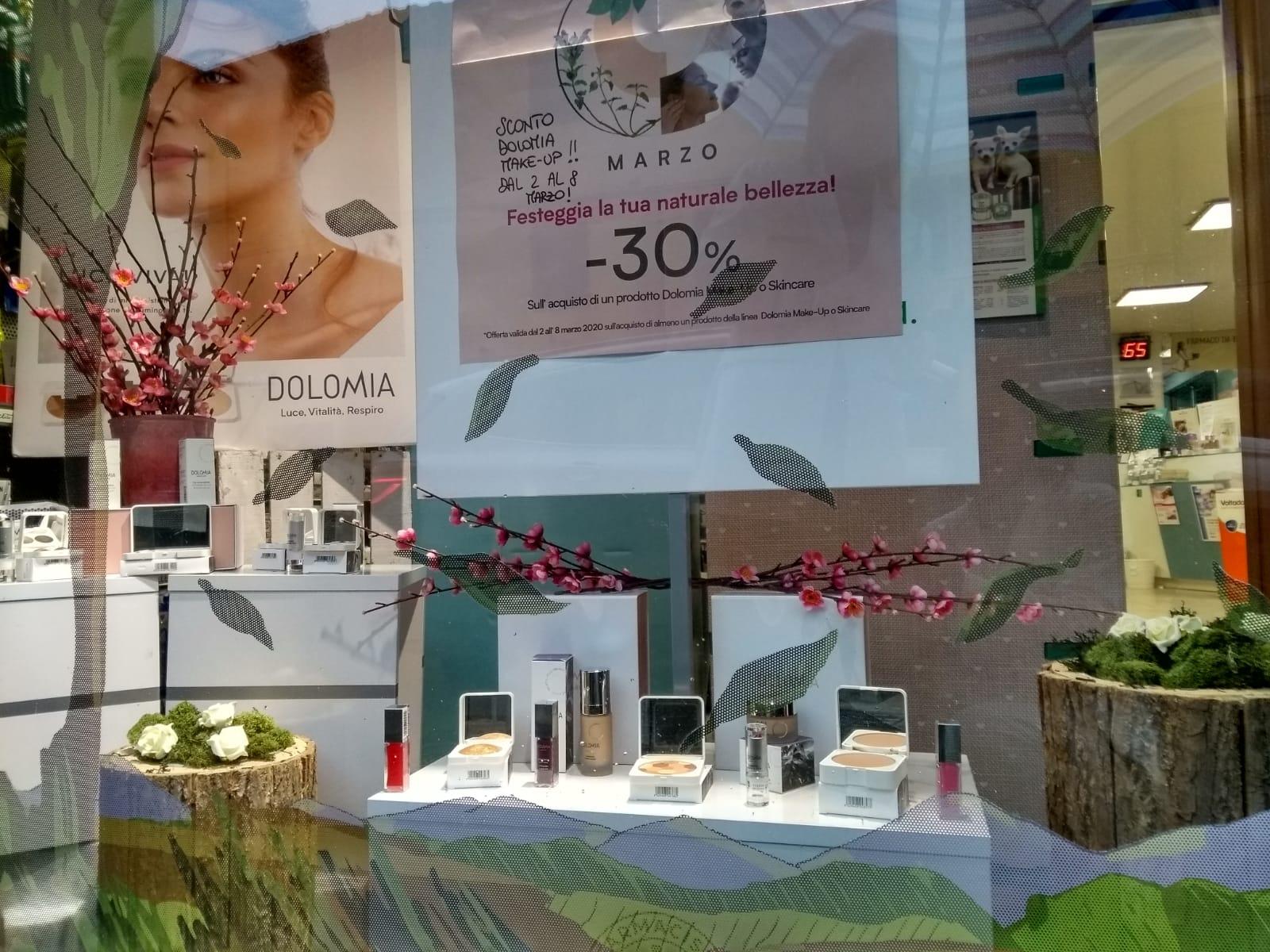 Marzo 2020 - Vetrina dedicata alla festa della Donna Dolomia Antica Farmacia Chiti